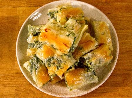 Вита баница от готови одрински кори със спанак, сирене, кисело мляко, яйца и сода - снимка на рецептата